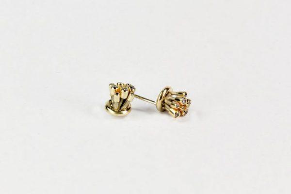 kolczyki wykonane ze złota i stali
